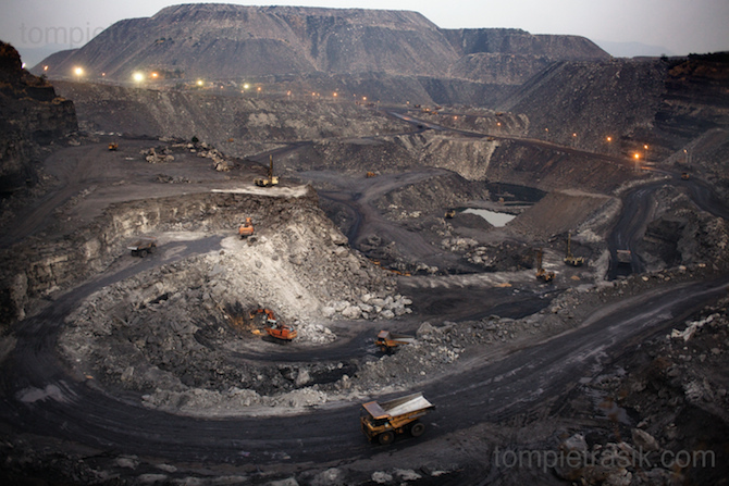 The Tata coal mine at West Bokaro. Most of those employed at the mine are not from the locally displaced Adivasi communtiy so must find work in peripheral businesses of migrate in search of employment. Photo: Tom Pietrasik Jharkhand, India January 31st 2010